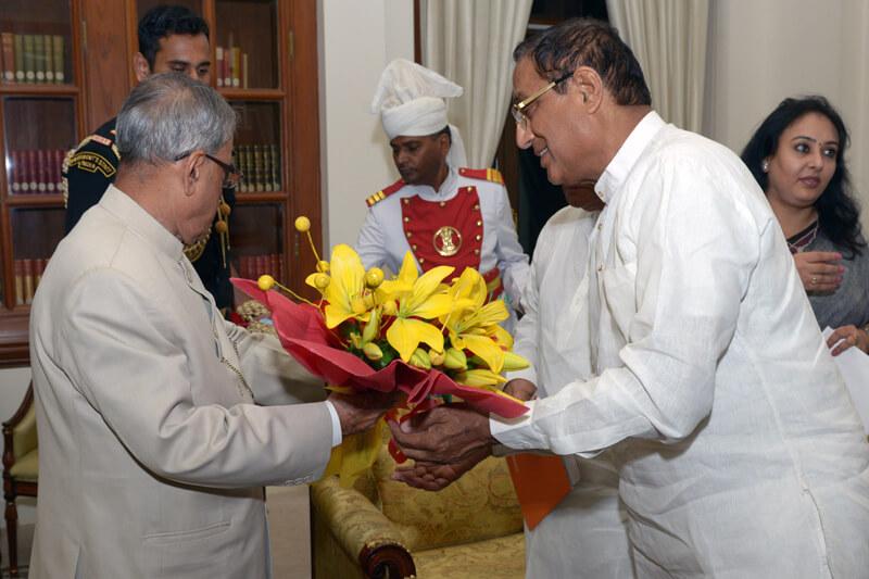 Shri Pranab Kumar Mukherjee with Suresh Jain at TMU