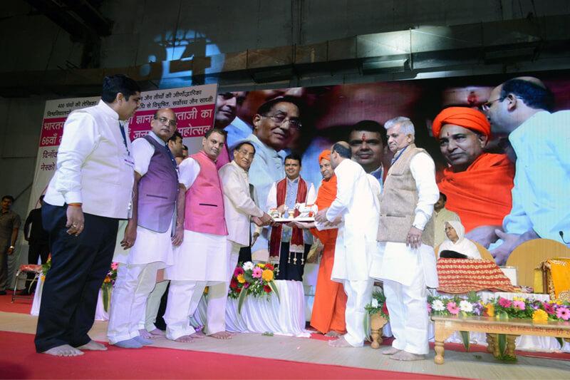 Shri Devendra Gangadharrao Fadnavis with Suresh Jain at TMU